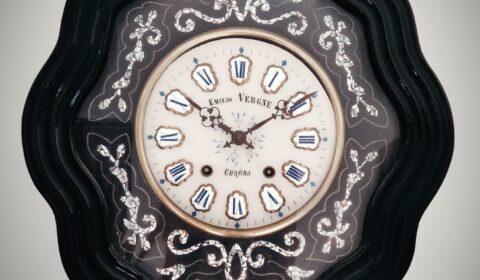 """""""Los hombres se parecen a eses relojes de cuerda que andan sin saber por qué. Cada vez que se engendra un hombre y se le hace venir al mundo, se da cuerda de nuevo al reloj de la vida humana, para que repita una vez más su rancio sonsonete gastado de eterna caja de música, frase por frase, tiempo por tiempo, con variaciones apenas imperceptibles"""". (Arthur Schopenhauer). Reloj Emilio Vergne. Finales siglo XIX - principios siglo XX."""