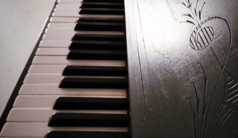 """""""No es una profesión ser pianista y músico. Es una filosofía, una concepción de vida que no puede ser basada en buenas intenciones o talento natural. Primero, y ante todo, debe existir un espíritu de sacrificio"""". (Arturo Benedetti Michelangeli).  Detalle del piano Rönisch, adquirido en 1893-1894, para las clases de música."""