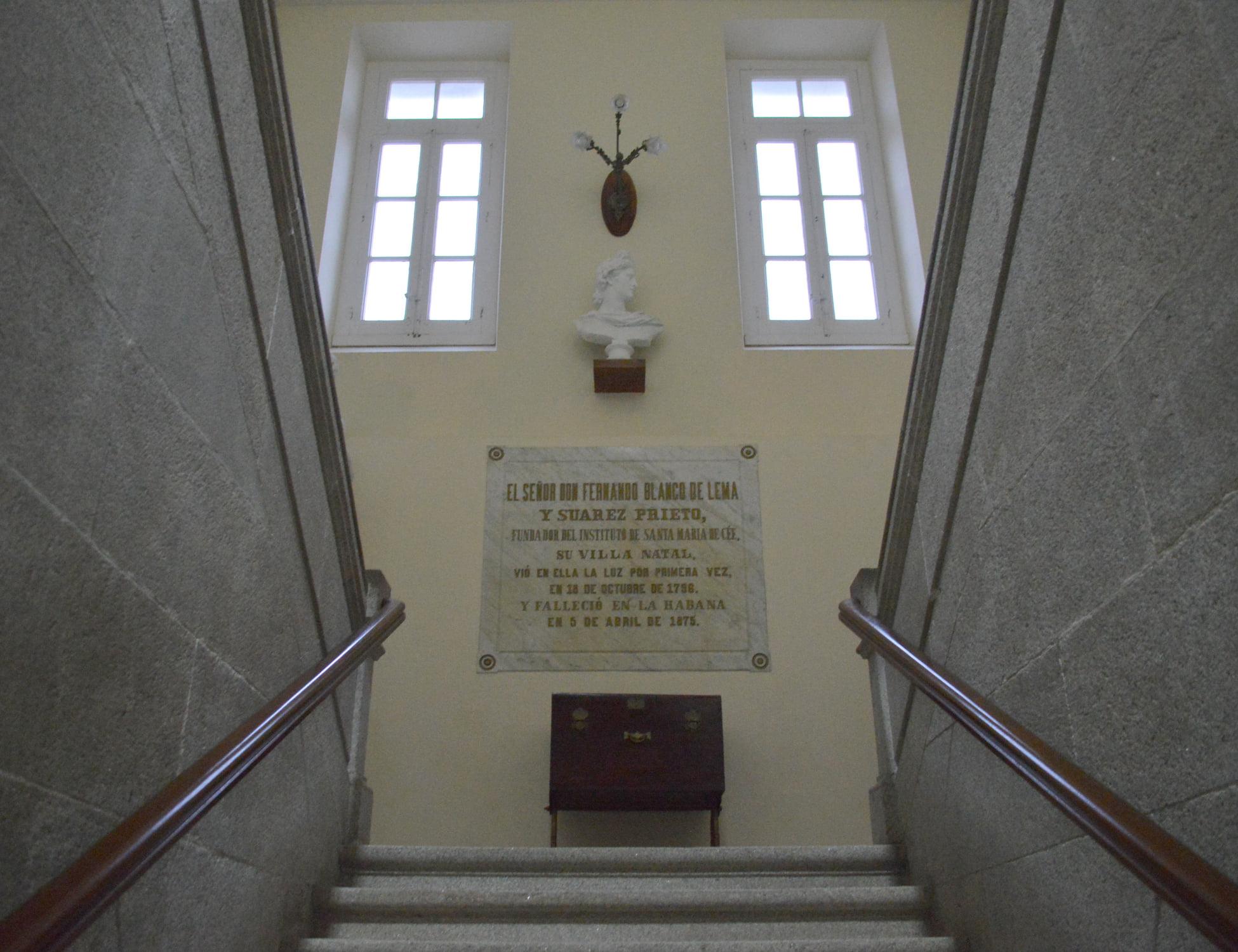 """""""La confianza en uno mismo es el primer escalón para ascender por la escalera del éxito"""" (Ralf Waldo Emerson). Parte superior del primer tramo de la centenaria escalera de piedra del Instituto Fernando Blanco de Cee. 1886."""