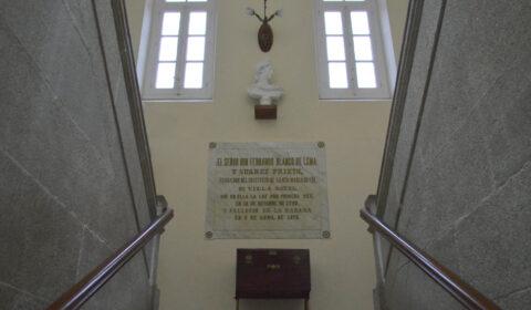 """""""A confianza nun mesmo é o primeiro chanzo para ascender pola escaleira do éxito"""" (Ralf Waldo Emerson). Parte superior do primeiro tramo da centenaria escaleira de pedra do Instituto Fernando Blanco de Cee. 1886."""