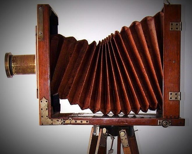 """""""A fotografía non pode cambiar a realidade, pero si mostrala"""" (Fred Mc Cullin).  Cámara fotográfica J. H. Dallmeyer do Instituto Fernando Blanco, mercada no 1890-1891."""