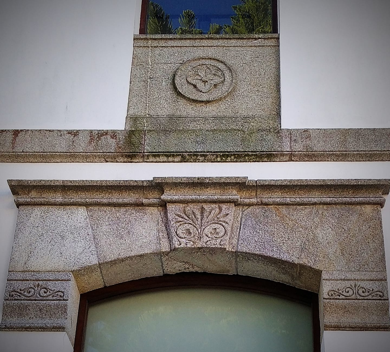 """""""Unha casa chea de libros é un xardín cheo de flores"""" (Henri Matisse). Decoración floral e vexetal pétrea nas fiestras da antiga Escola das Nenas da Fundación Fernando Blanco. 1887."""