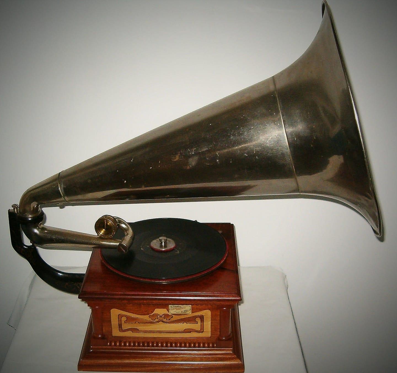 """A arquitectura é música de pedras. A música é arquitectura de sons"" (Beethoven) . Gramófono da casa Álvaro Ureña de Madrid. Ca: 1904."