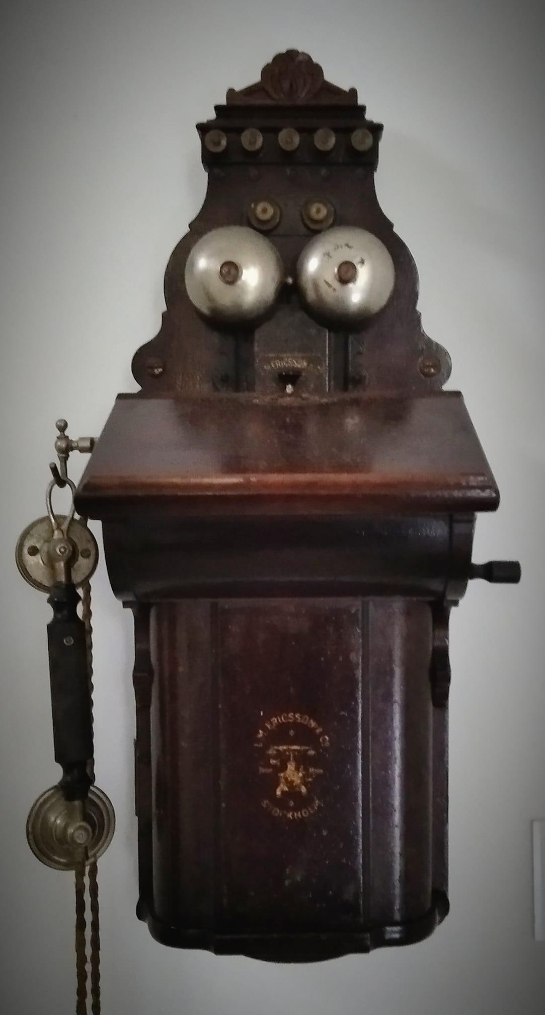 """""""O máis importante na comunicación é escoitar o que non se dí"""" (Peter Drucker). Estación telefónica interurbana L. M. Ericsson instalada no Instituto Fernando en 1887 (o primeiro teléfono de Cee)."""