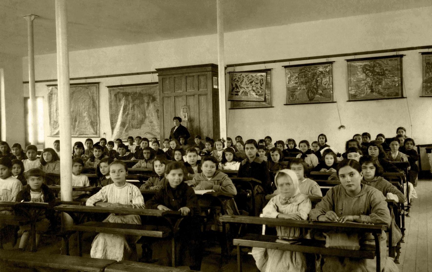 """""""La educación es el arma más poderosa que puedes usar para cambiar el mundo"""" (Nelson Mandela). Escuela de Niñas de la Fundación Fernando Blanco de Cee. Año 1917."""