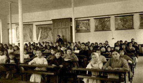"""""""A educación é a arma máis poderosa que podes usar para cambialo mundo"""" (Nelson Mandela). Escola das Nenas da Fundación Fernando Blanco de Cee. Ano 1917."""