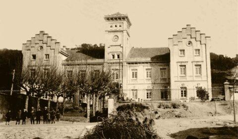 """""""La escuela instruye; la familia educa"""" (Salvador de Madariaga). Instituto Fernando Blanco de Cee. Ca: 1920-1930. Manuel Romero Castro."""