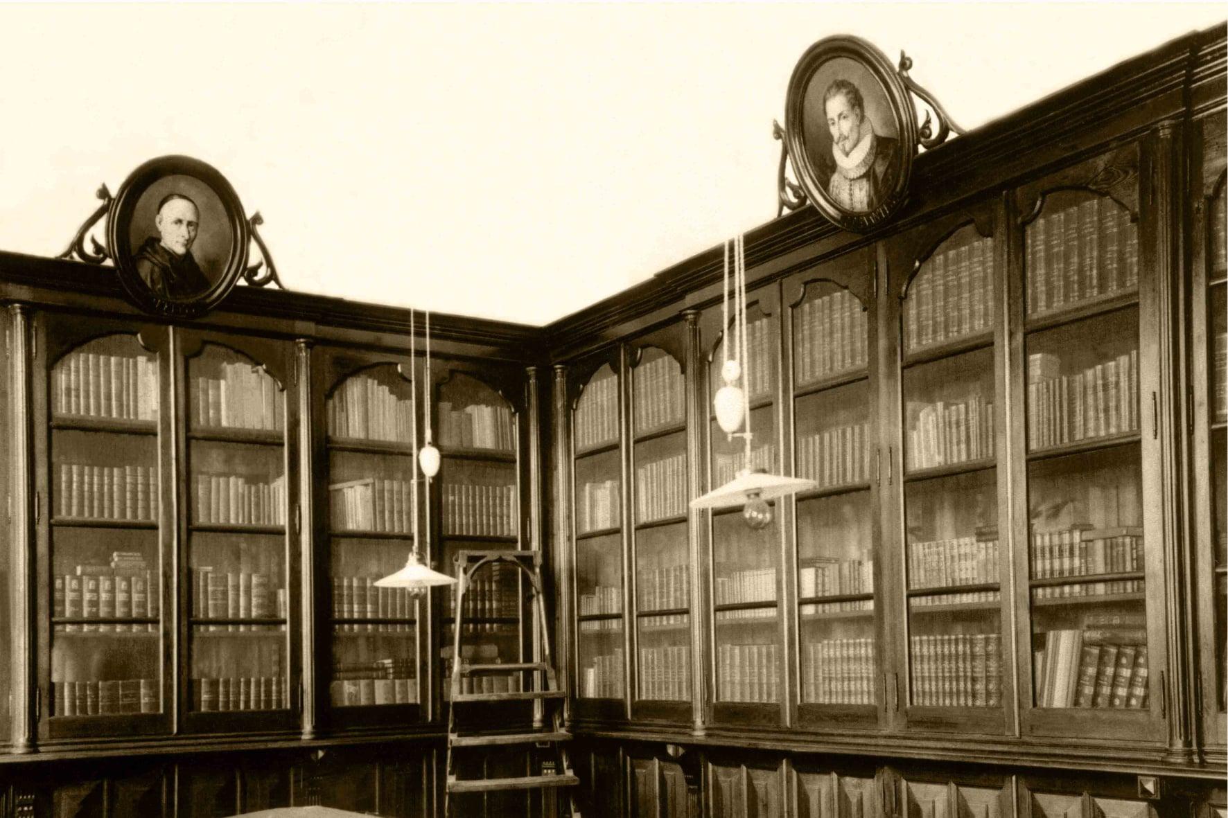 """""""Un libro aberto é un cerebro que fala; pechado, un amigo que espera; esquecido, unha alma que perdoa; destruído, un corazón que chora"""" (proverbio hindú). Biblioteca do Instituto Fernando Blanco de Cee. Ano 1917."""
