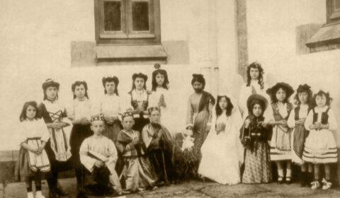 """""""Nunha pequena ou gran cidade, un gran teatro é un signo visible de cultura"""" (Laurence Olivier). Alumnado das Escolas da Fundación Fernando Blanco de Cee participantes na primeira obra de teatro realizada no Instituto. Ano 1907."""
